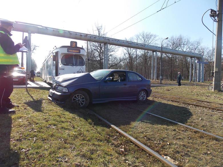 Wypadek na przejeździe tramwajowym na ul. Dowgielewiczowej <br />