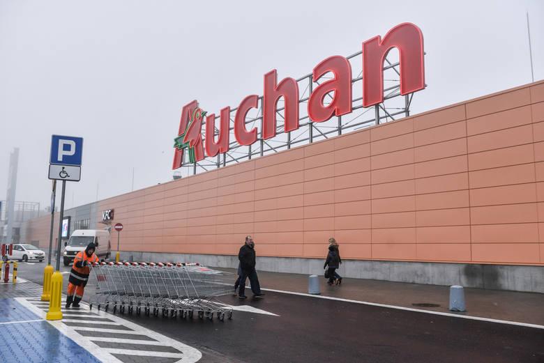 Dobrze znane hipermarkety Auchan i Carrefour oferują na 2000 zł brutto według danych z serwisu GoWork.pl, gdzie na ten temat wypowiadali się pracownicy.