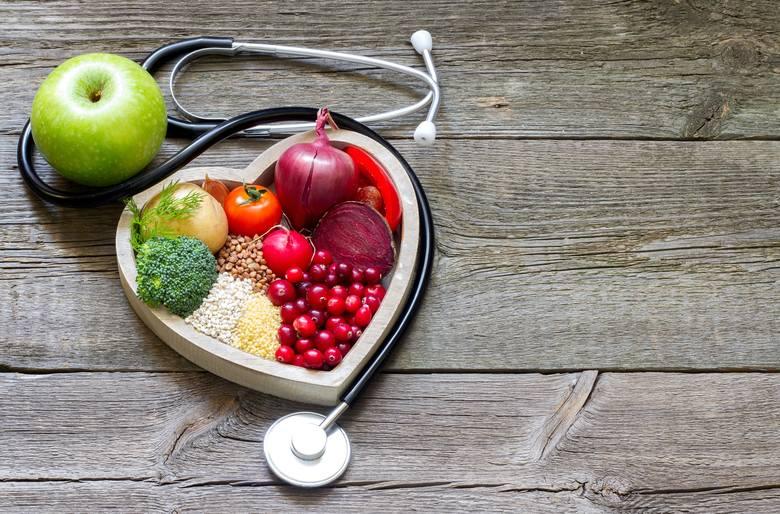 Wysoki cholesterol zwiększa ryzyko chorób serca, dlatego często obniża się go za pomocą leków. Tymczasem istnieje zestaw produktów spożywczych, które