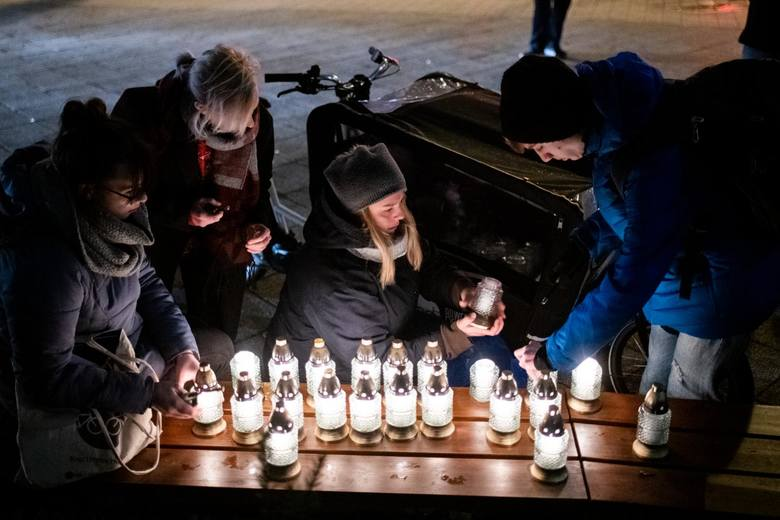 Dzień po tragedii okoliczni mieszkańcy na znak protestu postawili w miejscu tragedii dziesiątki zniczy. W ten sposób chcieli też zwrócić uwagę władz