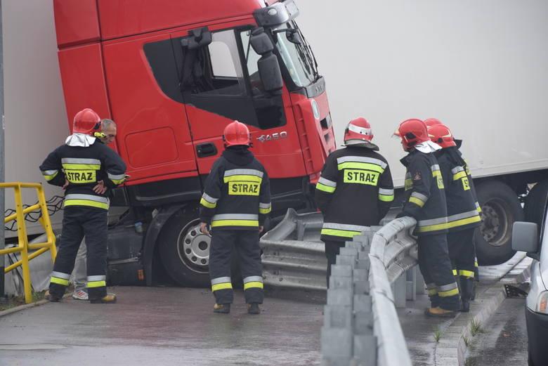 Strażacy długo zastanawiali się jak usunąć ciężarówkę z nasypu. Naczepa mogła bowiem spać na stojące niżej samochody.