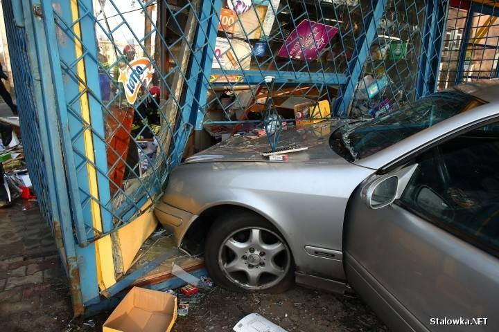 W Stalowej Woli 19-latek kierujący mercedesem stracił panowanie nad pojazdem, zjechał z jezdni i uderzył w kiosk.