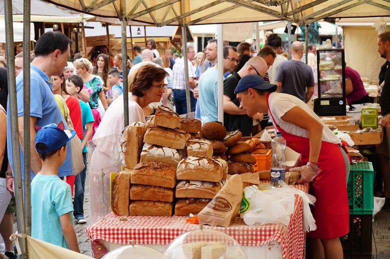 Niedziela, 18 sierpnia, to ostatni dzień Festiwalu Dobrego Smaku. Na płycie Starego Rynku stoją drewniane budki, gdzie można spróbować regionalnych przysmaków,
