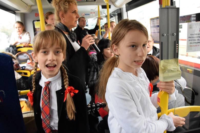 Z okazji Święta Niepodległości na ulice Inowrocławia wyjechał Autobus dla Niepodległej, a w nim dzieciaki i nauczyciele z Katolickiej Szkoły Podstawowej.
