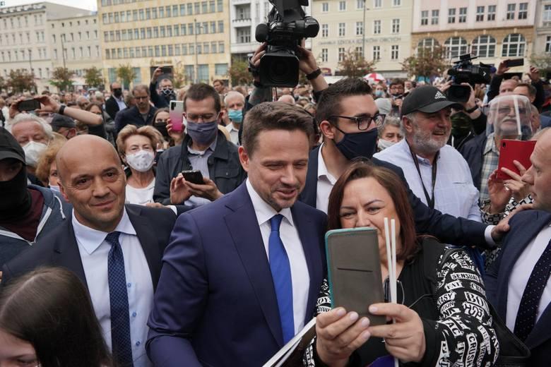 Policjanci z komendy miejskiej policji w Poznaniu w środę zatrzymali mężczyznę, który groził śmiercią Rafałowi Trzaskowskiemu, prezydentowi Warszawy