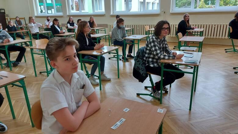 Zdjęcia z egzaminu ósmoklasisty z języka polskiego 2021 w Zespole Szkół Ogólnokształcących i Sportowych w Zielonej Górze