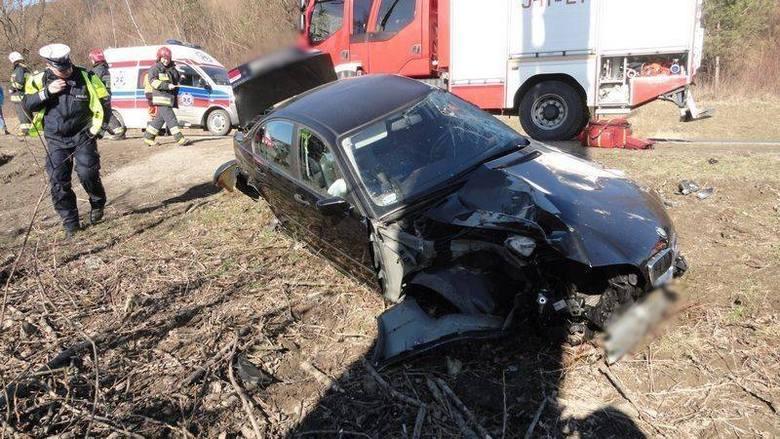Wypadek w Kurowie. Samochód osobowy uderzył w drzewo [ZDJĘCIA]
