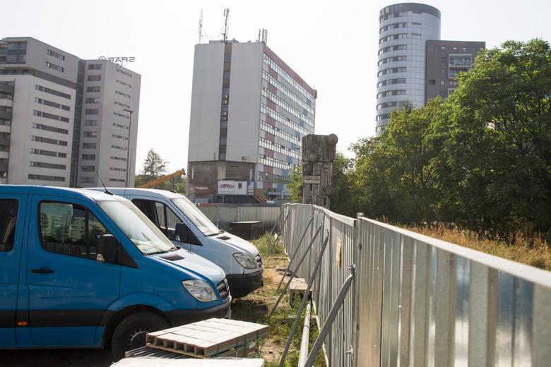 Samochody robotników niszczą zieleń, ale do tej pory nikt się sprawą nie przejął. Czy teraz znikną?<br />