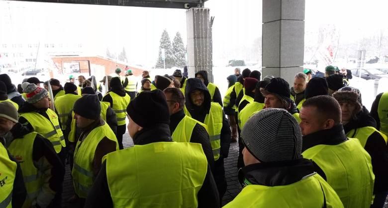 Protest górników i związkowców JSW: Stoimy murem za prezesem Danielem Ozonem - deklarują górnicy i związkowcy Jastrzębskiej Spółki Węglowej, którzy rozpoczęli