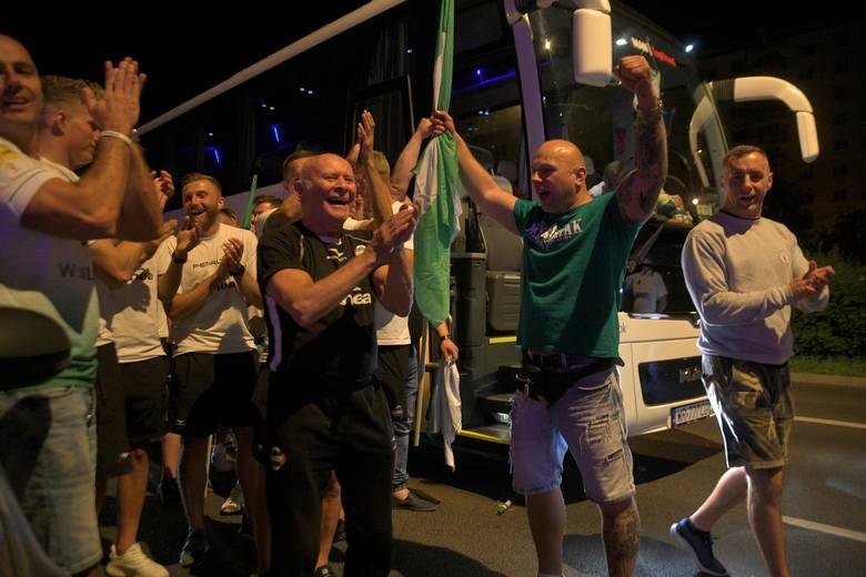 Kibice powitali piłkarzy Radomiaka wracających z meczu z Wartą. Podziękowali im za walkę i cały sezon. Zobacz zdjęcia