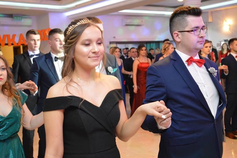 """Siedem klas maturalnych ze Złotej Kościuszkowskiej w Stalowej Woli, popularnej """"budowlanki"""" rozpoczęło w sobotę 2 lutego studniówkę w Dworze Olimp.>>>>WIĘCEJ"""