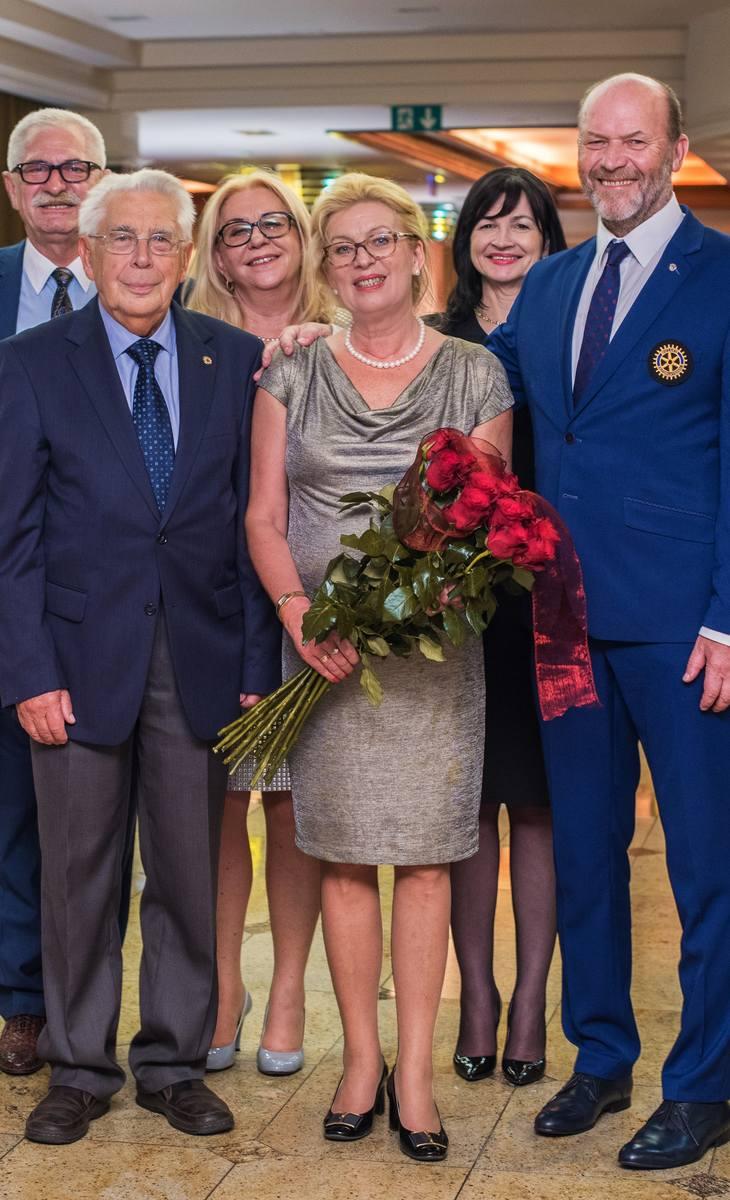 W tym samym dniu Katarzyna i Włodzisław Gizińscy obchodzili rocznicę ślubu. Na zdjęciu w towarzystwie Jerzego Nadarzewskiego, prof. Stanisława Betlejewskiego, Barbary Nadarzewskiej i prof. Małgorzaty Pawłowskiej.