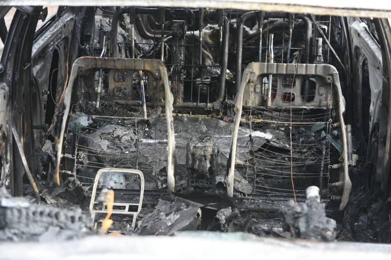 Ze wstępnych ustaleń policji w tej sprawie wynika, że źródło ognia było w jednym ze stojących na parkingu pojazdów. Od niego zapaliły się inne