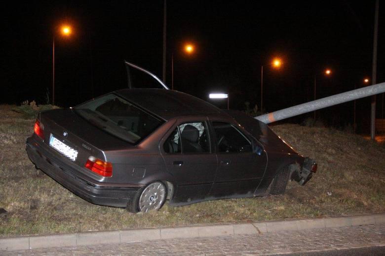 Pijany kierowca BMW ściął latarnię i wylądował na środku ronda