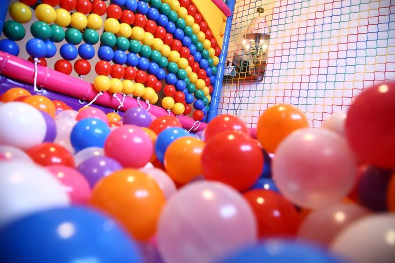 Bawialnie dla dzieci w Toruniu w ocenie użytkowników Google. Które miejsca cieszą się największą popularnością i najlepszymi opiniami? Prezentujemy miejsca