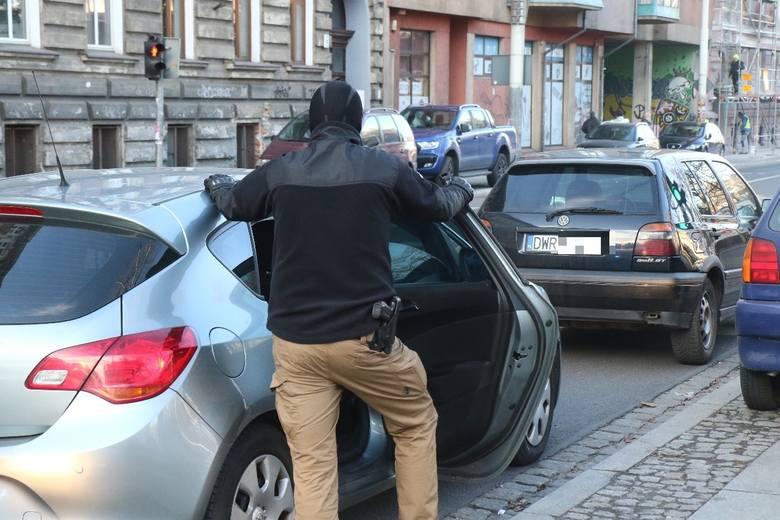 Akcja policji we Wrocławiu. W kominiarkach zatrzymali człowieka. Potem mieli wypadek