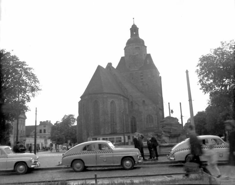 To Stary Rynek w latach 50. w obiektywie Kurta Mazura. Cokół  fontanny bez pomnika...