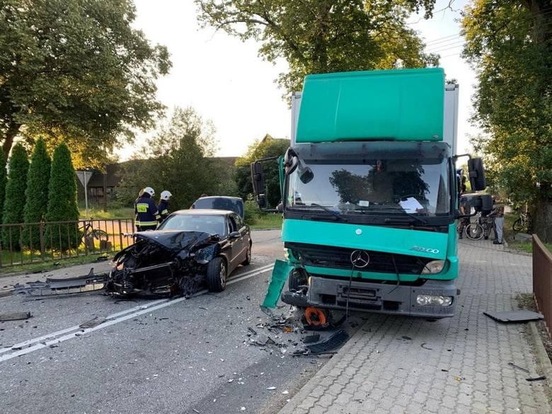 W godzinach porannych doszło do groźnego wypadku na drodze nr 37 w Słowinie (gmina Darłowo). Zderzył się tam samochód dostawczy z osobówką. Jedna osoba