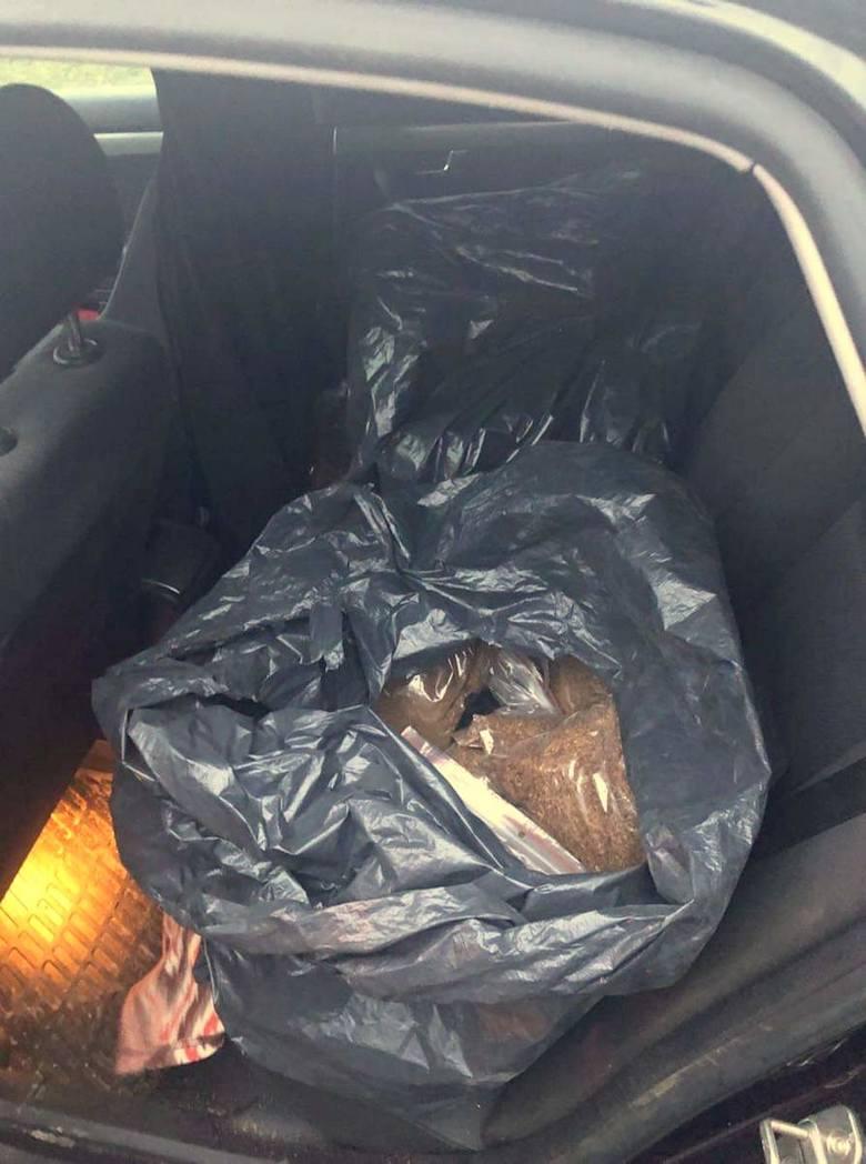 Policjanci zatrzymali 23-letniego mieszkańca Malborka, który w swoim samochodzie przewoził ponad 15 kilogramów nielegalnego tytoniu. Odpowie za uszczuplanie