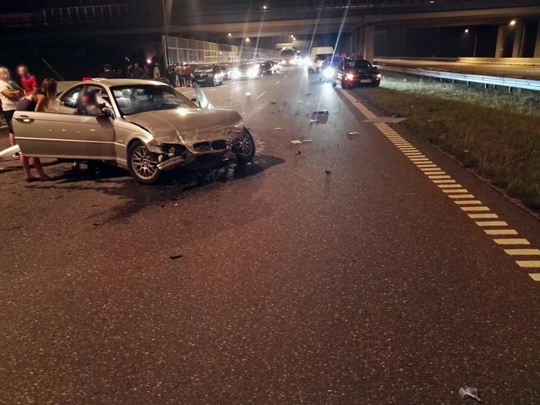 Wypadek na autostradzie A4 koło Rzeszowa. Zdjęcia otrzymaliśmy od Internauty na alarm@nowiny24.pl.Do wypadku doszło ok. godz. 22 przy zjeździe z autostrady