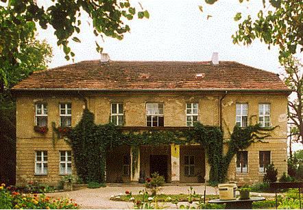 Rodzina von Treskow uciekła z pałacu w Radojewie w 1945 toku, tereny te zostały przejęte wówczas przez Skarb Państwa. Pomimo że pałac został wpisany