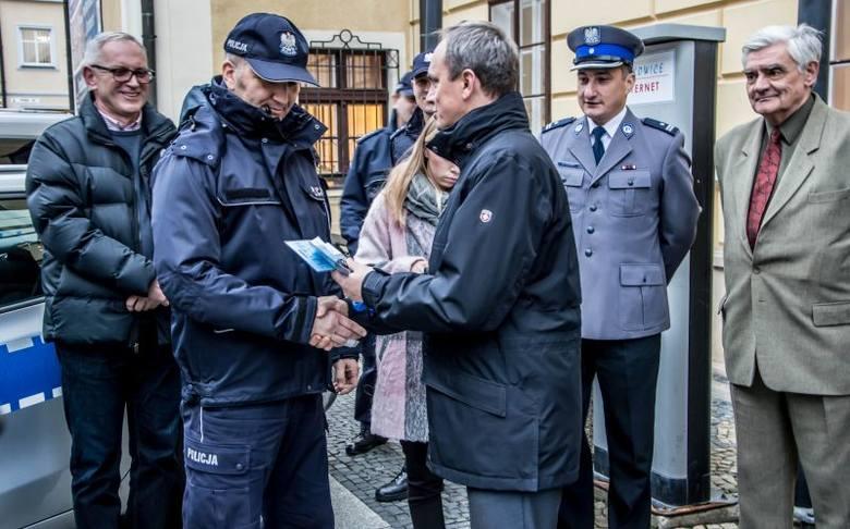 Do Komendy Miejskiej Policji w Legnicy trafiło 12 nowych radiowozów. Kolejne 6 otrzymali policjanci z Polkowic. Samochody będą wykorzystywać w swojej