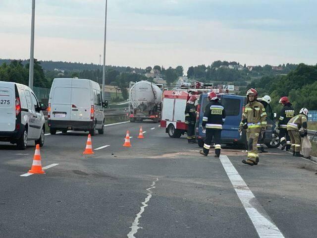Na ekspresowej trasie S7 w Barczy w powiecie kieleckim doszło w środę po godzinie 19.30 do kolizji, po której szybko powstał korek. - Z pierwszych ustaleń