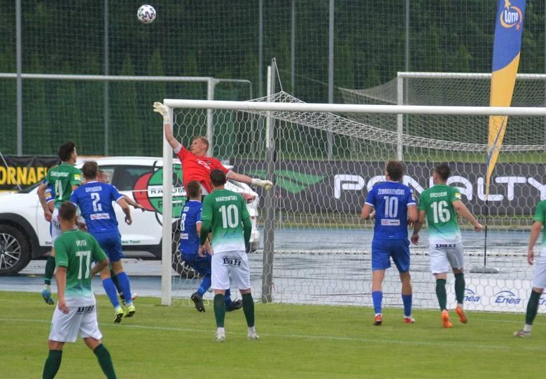 Mateusz Kryczka - bramkarz - 6Poprawny mecz radomskiego golkipera. Nie ponosi winy przy stracie gola. Musi jednak poprawić wprowadzanie piłki nogą do