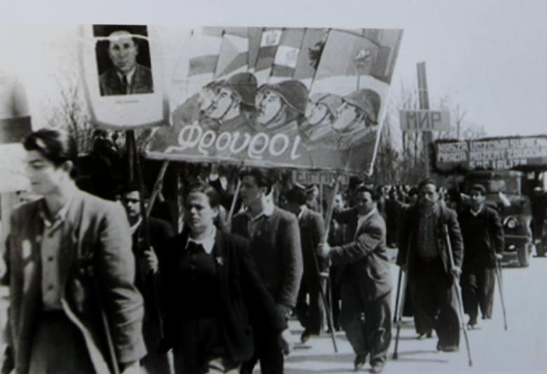 Rok 1950, święto 1 Maja i podobne hasła jak w całym bloku państw socjalistycznych prócz tego greckiego napisu