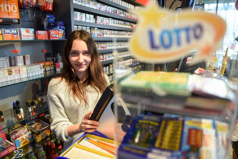 Najstarsza i najpopularniejsza gra liczbowa w Polsce – Lotto to szansa na wygranie pokaźnej sumy pieniędzy. Chodzi o to aby poprawnie wytypować liczby,