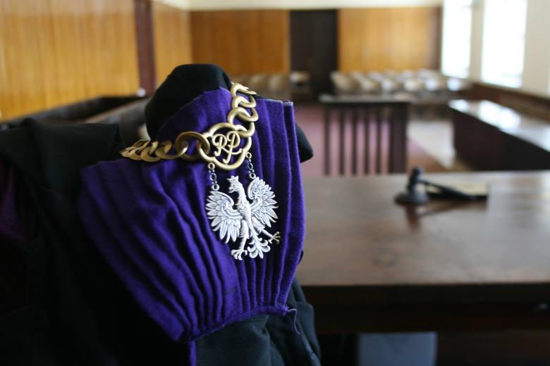Według prokuratury, Irena Sz. wysiadła na przystanku u zbiegu ul. Aleksandrowskiej i ul. Szczecińskiej i udała się w stronę domu. Oskarżony też wysiadł