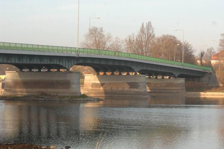 Wody Polskie chcą podnieść most na Warcie, aby usprawnić pracę lodołamaczy.