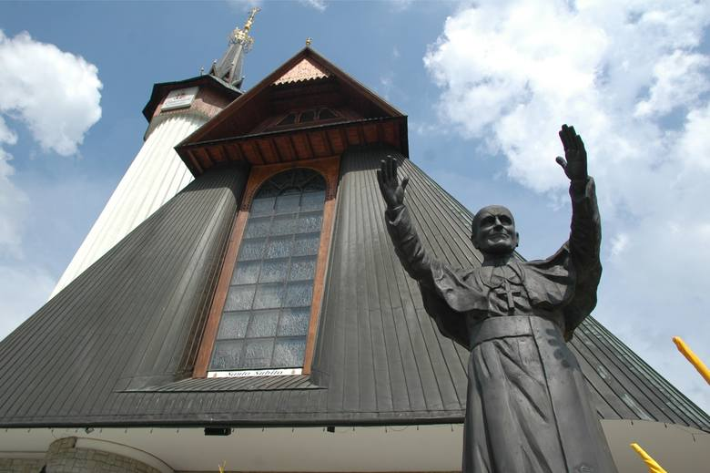 Przed świątynią stoi pomnik papieża Jana Pawła II