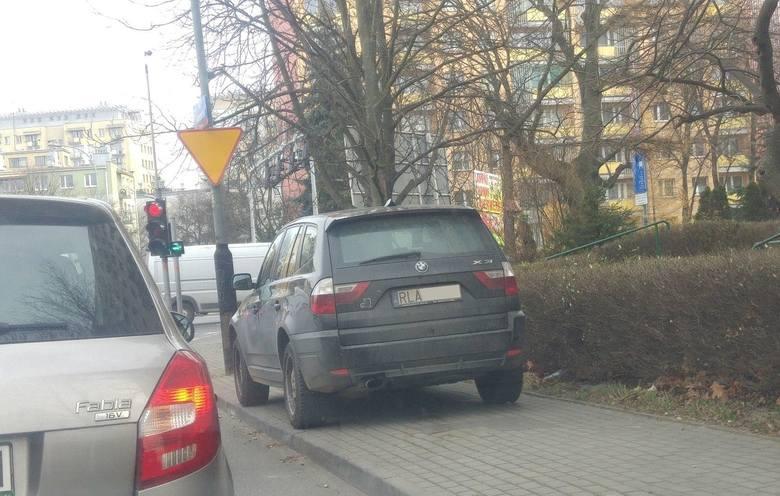 Kierowca BMW najwyraźniej zapomniał, do czego służą chodniki. Rzeszów, ul. Konopnickiej.Zobacz też: Mistrzowie parkowania na ulicach i chodnikach Pr