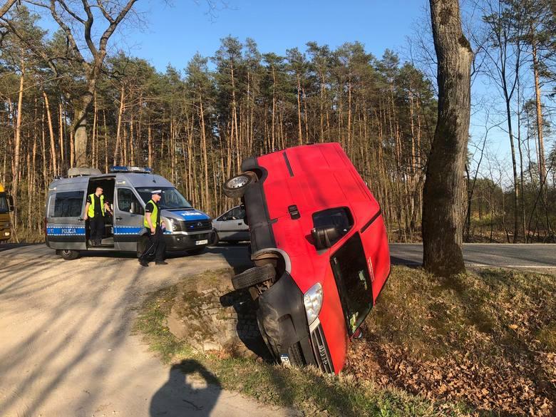 O godzinie 16.30 policjanci otrzymali informację, że w miejscowości Dzików (gmina Prószków) bus wpadł do rowu. Według wstępnych ustaleń pracujących na