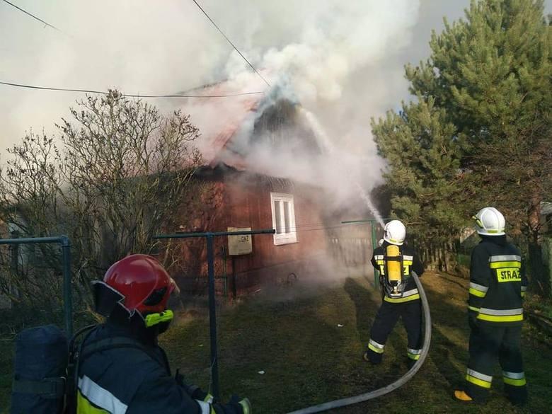 Kilka zastępów straży pożarnej walczyło w czwartek z pożarem domu jednorodzinnego w Zabrniu, w gminie Grębów w powiecie tarnobrzeskim. Niestety, obiekt