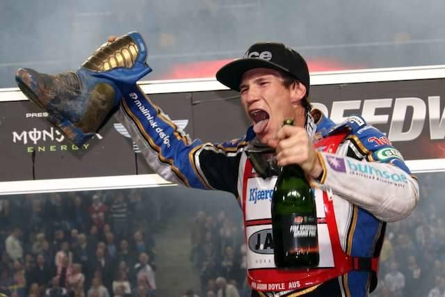 Jason Doyle (na zdjęciu) i Chris Holder wypili szampana z... buta