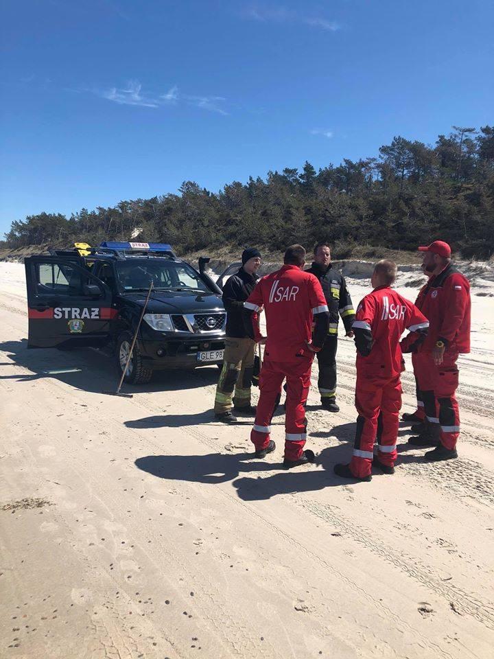 Akcja ratunkowa w Łebie. Na brzegu morza została deska do kitesurfingu. Strażacy szukali zaginionego w morzu (zdjęcia)