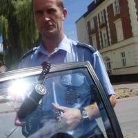 - Tak właśnie mierzymy jasność szyb w samochodach - demonstruje luksometr Lech Łaszcz, rzecznik prasowy ełckiej policji