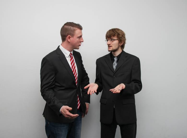 Spór w pracy można uciąć jednym zdaniem. Ważne, aby wypowiedzieć je z pewnością, z jednej strony – pokazując niezadowolenie z zachowania współpracownika,