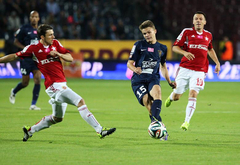 Hubert Matynia (z piłką) coraz pewniej czuje się w barwach Pogoni Szczecin.