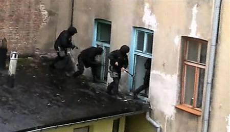Antyterroryści wdarli się do mieszkania (zobacz film)