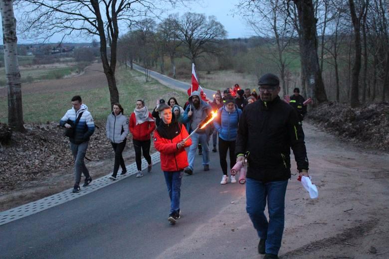 Pochód z pochodniami i flagami z okazji Dnia Flagi w gminie Główczyce.