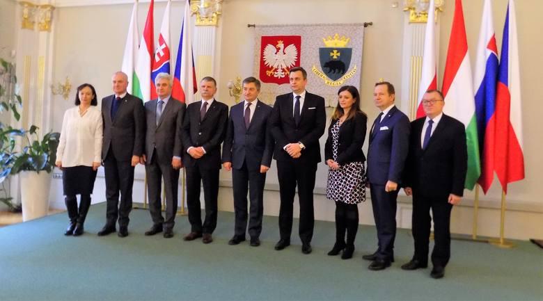 Dyskutowali marszałkowie polskiego Sejmu, Marek Kuchciński, oraz Senatu Stanisław Karczewski; Andrej Danko, przew. rady narodowej Słowacji, Jaroslava