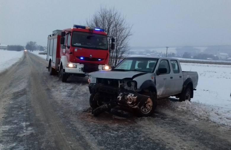 W czwartek około godz. 7 w Jasionowie w pow. brzozowskim doszło do zdarzenia drogowego.Kierujący nissanem pickupem na prostym odcinku drogi, wyprzedzając