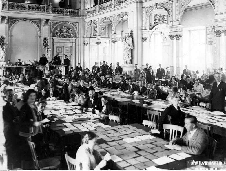 Przygotowanie wyborów do Sejmu w Warszawie, komisja wyborcza na miasto stołeczne Warszawę podczas pracy.