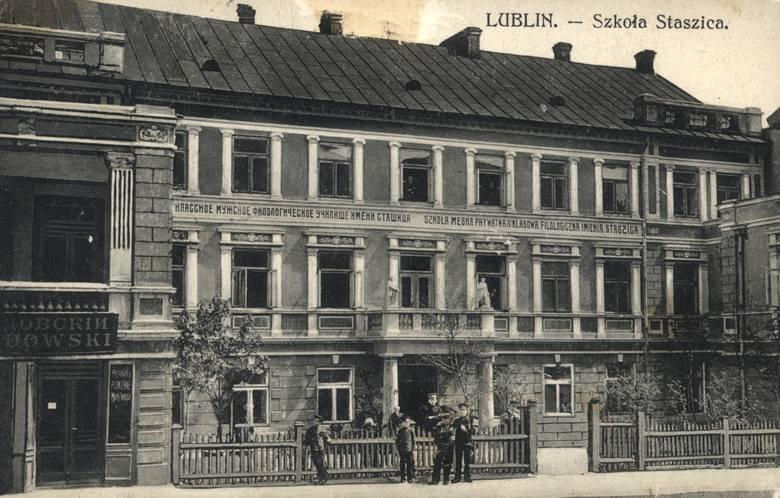 """W budynku przy  Bernardyńskiej 12 szkoła działała od 1906 roku. Napis głosi: """"Szkoła męska prywatna 8-klasowa fililogiczna imienia Staszica"""""""