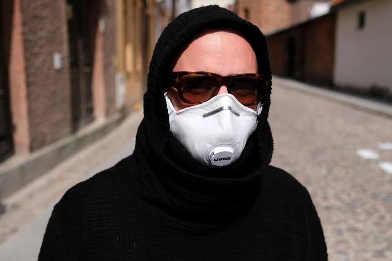 W całym kraju od czwartku, 16 kwietnia 2020 roku wszedł w życie obowiązek zakrywania twarzy w przestrzeni publicznej, między innymi w autobusach, parkach