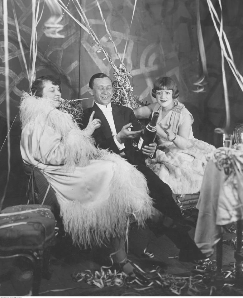 1926/1927Grupa uczestników zabawy sylwestrowej. Widoczni m.in.: aktorka Kazimiera Niewiarowska (z prawej), tancerka Lucyna Messal i aktor Kazimierz Dembowski.W