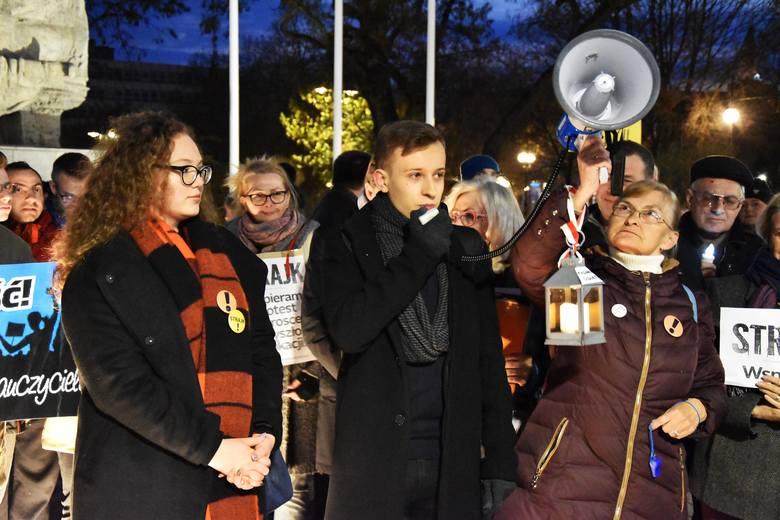 """Kilkuset opolan, w tym pracowników oświaty, pojawiło się na """"spacerze"""" na pl. Wolności w Opolu"""